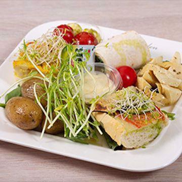 Tapastallerken vegetar med kuvertbrød, smør og aioli