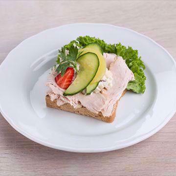 Smørbrød med skiver av kalkunbryst og vår egenlagede waldorfsalat.  Serveres på ferskt  brød og sprø salat og pyntes med passende tilbehør. Matspecialen. Påsmurt. Danske Smørbrød. Foto.