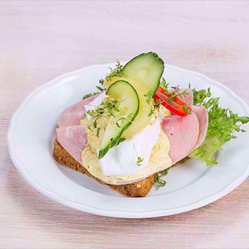 Ferskt brød, smør og sprø salat toppes med kokt skinke, egenlaget karrisalat og et posjert egg. Ordentlig godt er det! Matspecialen. Påsmurt. Danske Smørbrød. Foto.